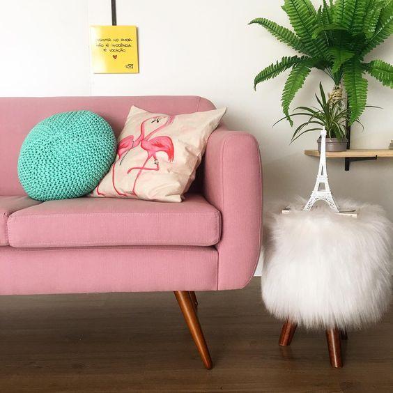 Sofá rosa com pé de palito