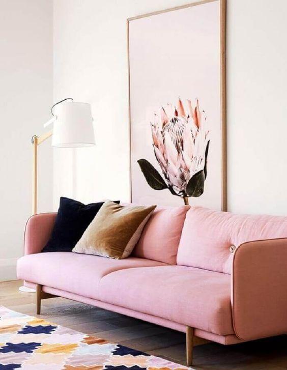 Sofá rosa com pé palito de madeira