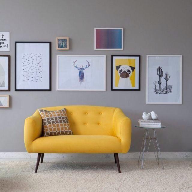 Sofá amarelo com pé de palito