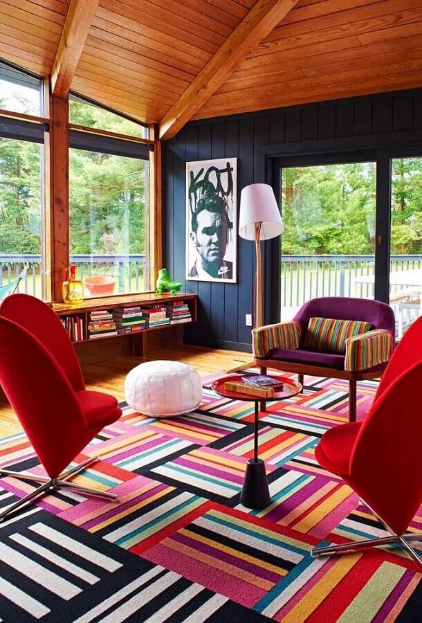 Tapete colorido para sala decorada com poltronas confortáveis e modernas Foto Home Fashion Trend