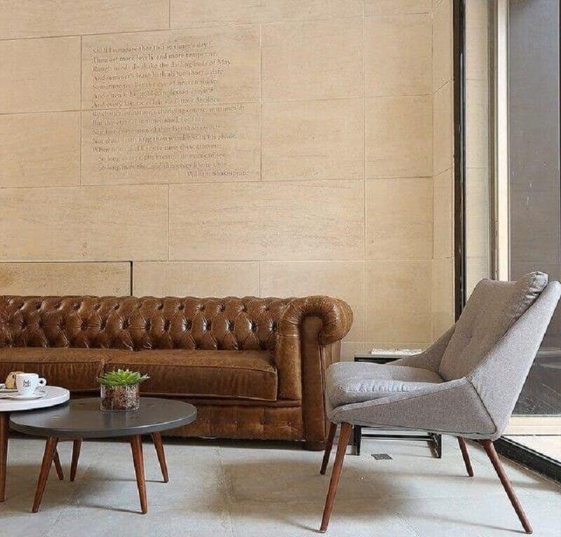 Tipos de sofa chesterfield de couro para decoracao de sala com poltrona cinza clara Foto Mariana Orsi Fotografia