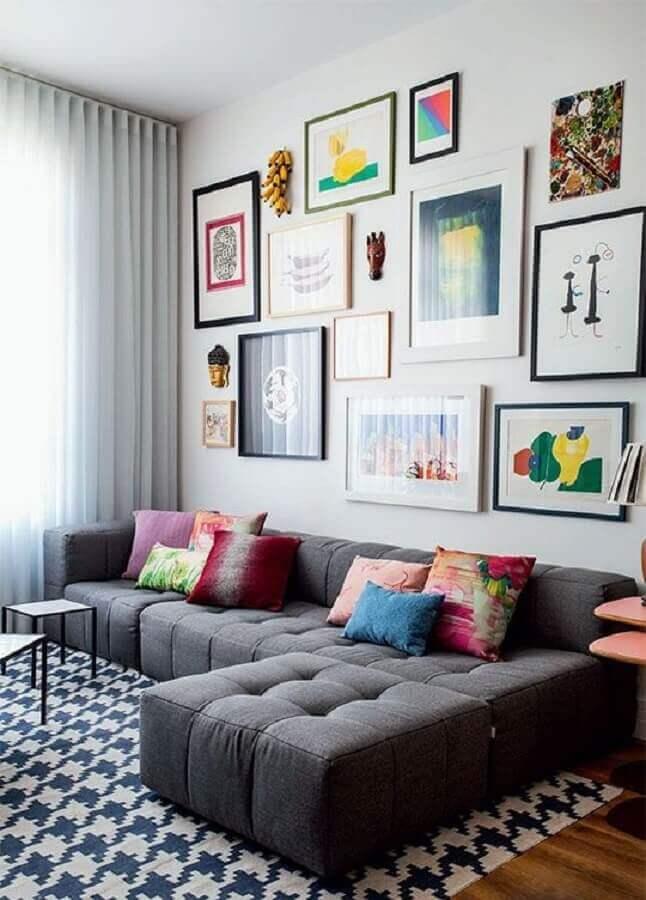 Tipos de sofa com chaise para sala decorada com mural de quadros Foto Casa Abril