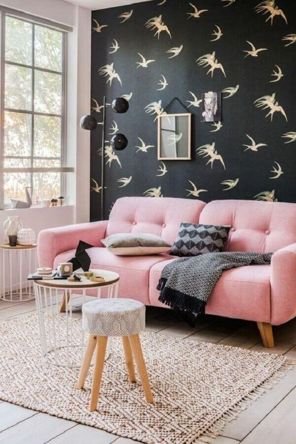 Tipos de sofa retro para decoracao de sala com papel de parede preto Foto Archzine