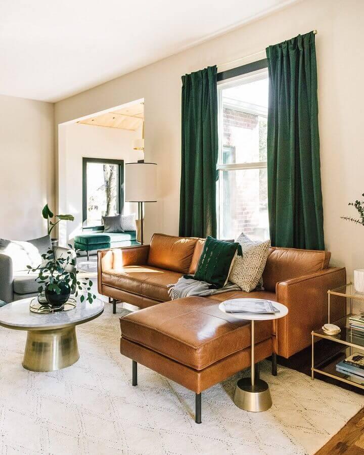 Tipos de sofas com chaise de couro para sala bege decorada com cortina verde Foto Estofos PT