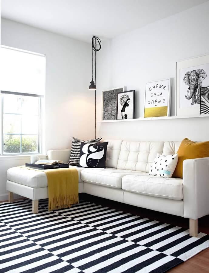 Tipos de sofas com chaise para sala branca decorada com tapete listrado Foto Houzz