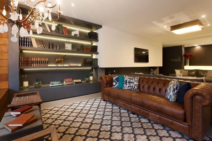 Tipos de sofas de couro capitone para decoracao de sala com estante cinza planejada Foto BG Arquitetura