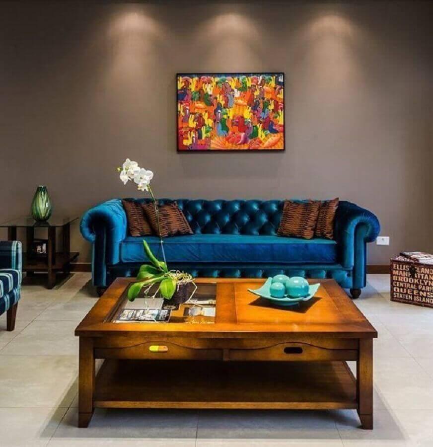 Tipos de sofas de veludo azul para decoracao de sala cinza com mesa de centro de madeira Foto Altenfelder Arquitetura