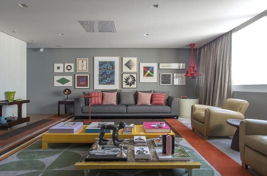 Tipos de sofas para sala cinza decorada com detalhes coloridos Foto Antonio Ferreira Junior e Mario Celso Bernardes