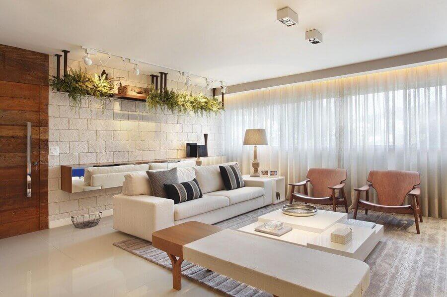 Tipos de sofas para sala decorada em cores claras com poltronas de madeira Foto Studio Eloy e Freitas Arquitetura