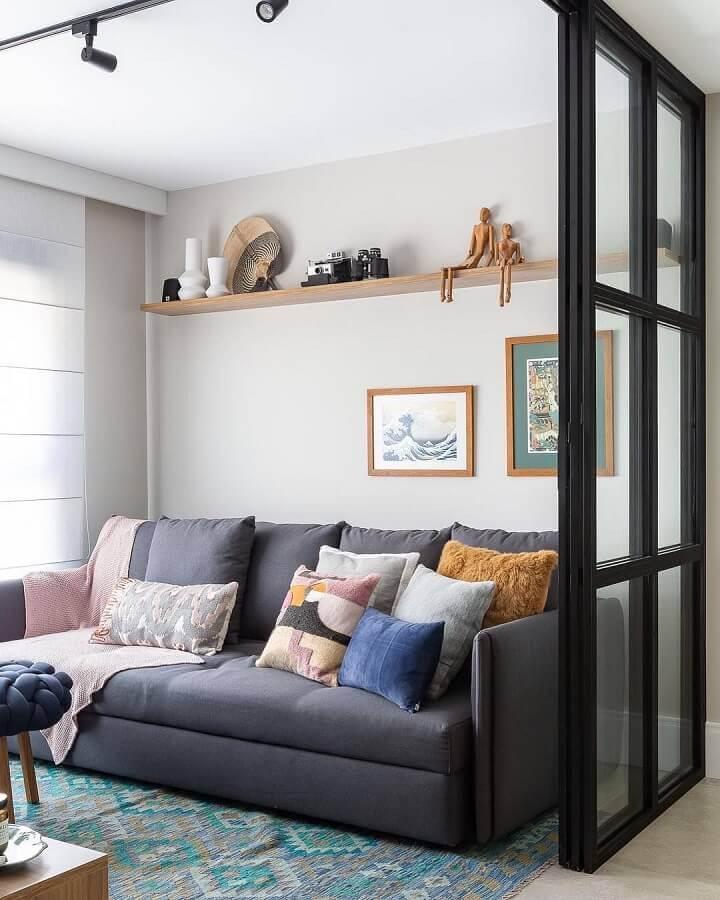 Tipos de sofas para sala pequena decorada com tapete estampado Foto Duda Senna