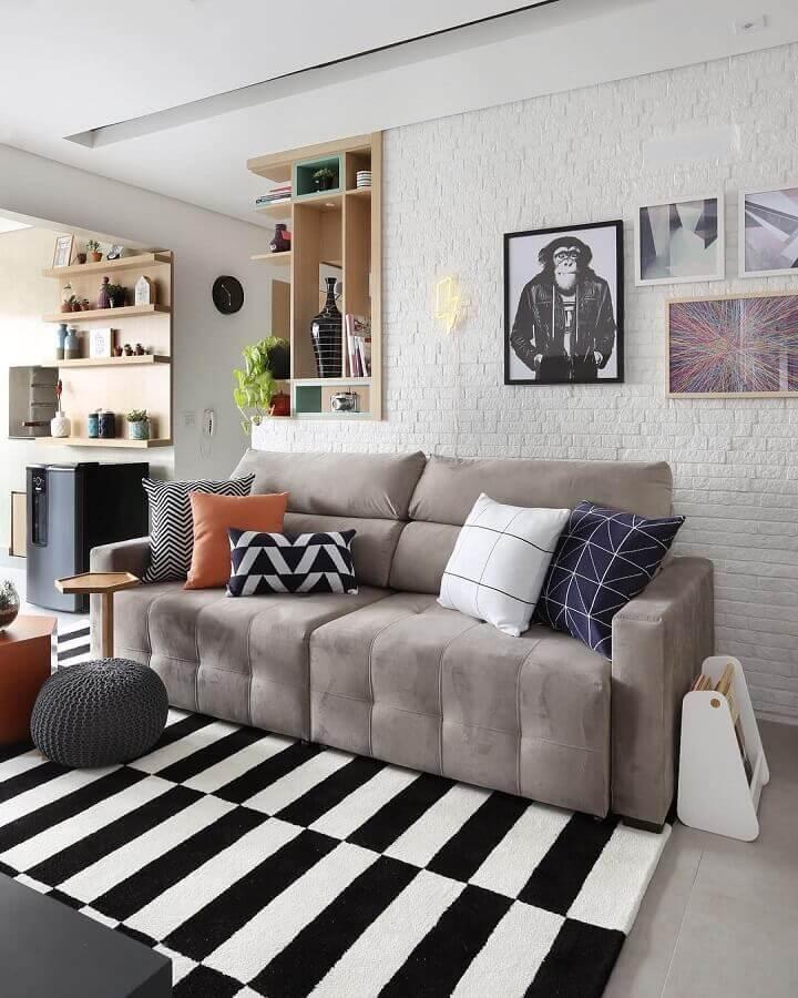 Tipos de sofas para sala pequena decorada com tapete listrado preto e branco Foto Bianchi e Lima