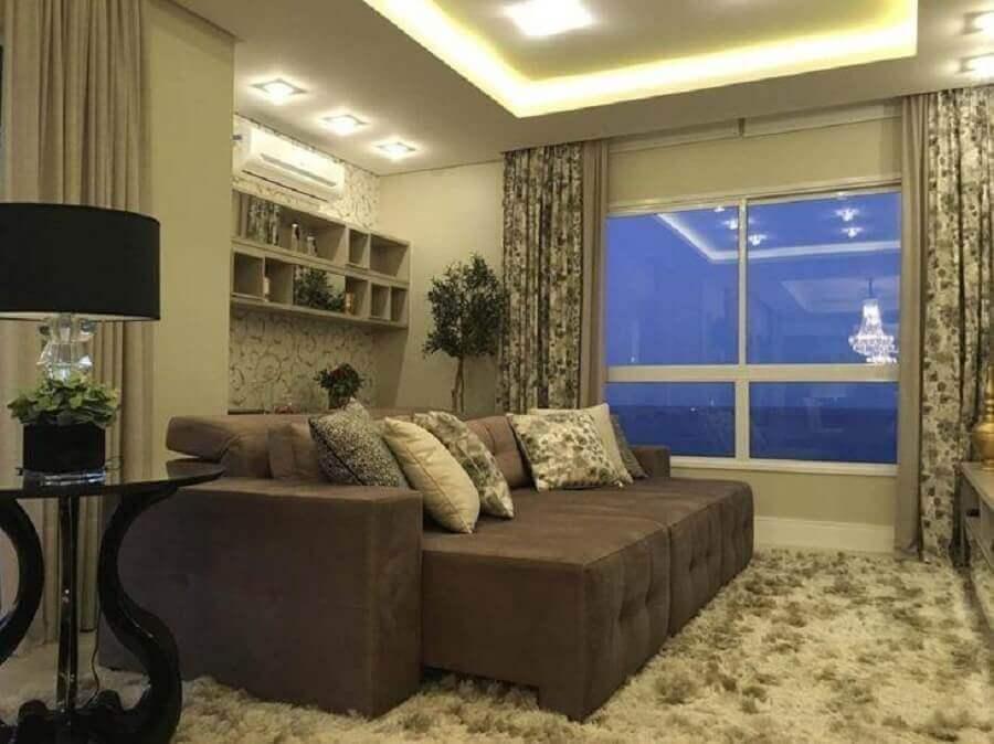 Tipos de sofas retratil para decoracao de sala de TV em cores neutras com tapete felpudo Foto Officio e Arte