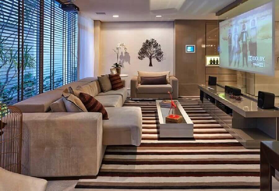Tipos de sofas retratil para decoracao de sala de TV em cores neutras com tapete listrado Foto Home Fashion Trend