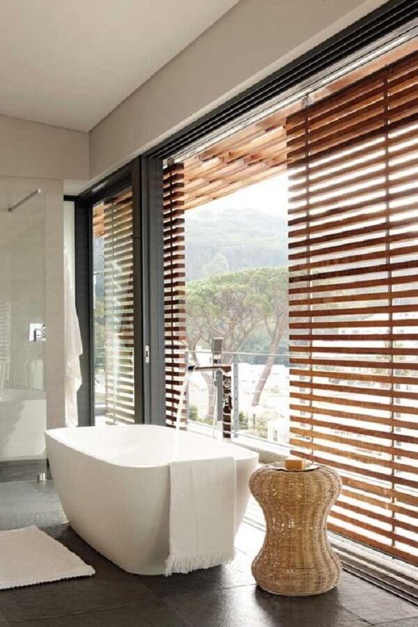 Traga privacidade ao banheiro fazendo uso da cortina persiana de madeira. Fonte: Pinterest