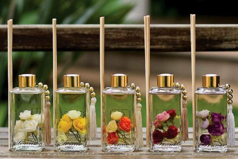 Vidrinhos de aromatizantes caseiros decorados com flores Foto Pinterest