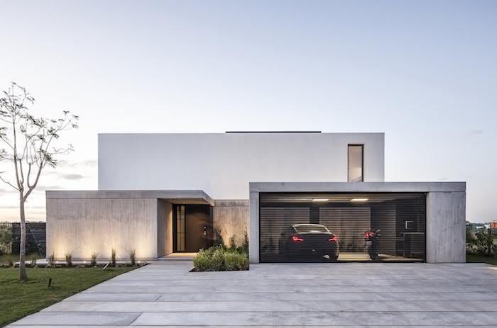 Casa com modelos de garagem na entrada