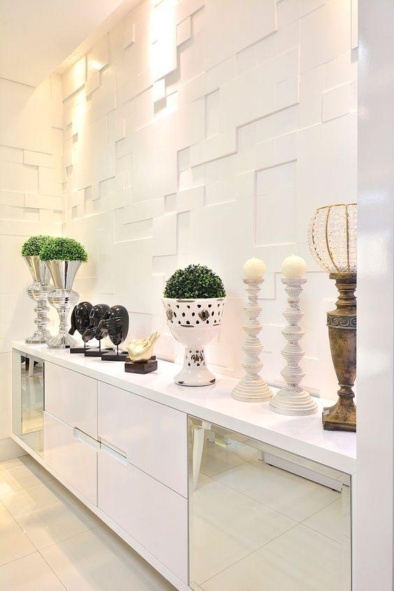Decoração de gesso branco na parede da sala de jantar moderna com buffet espelhado