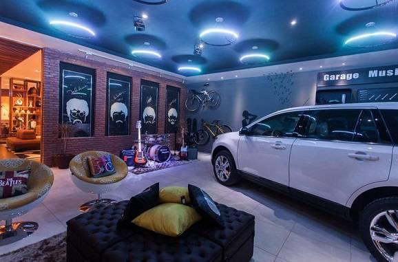 Garagem moderna com espaço de lazer e piso cerâmico liso