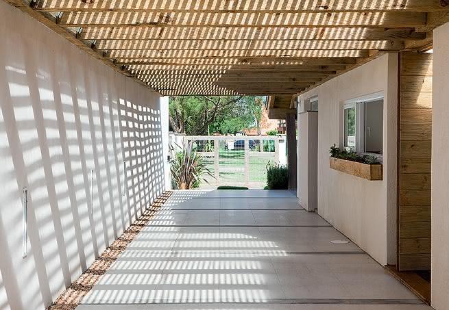 Garagem com cobertura de madeira ao lado da casa