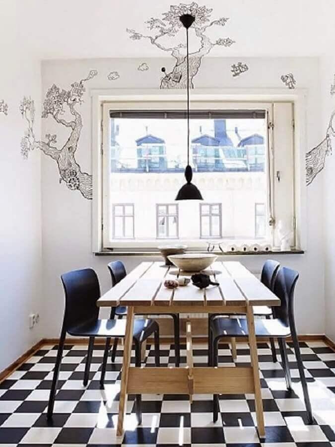 Decoração de sala de jantar com mesa de madeira e piso xadrez