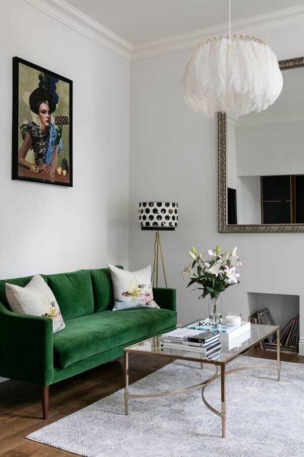 Sala branca clássica decorada com sofá pé palito com cor cor verde escuro