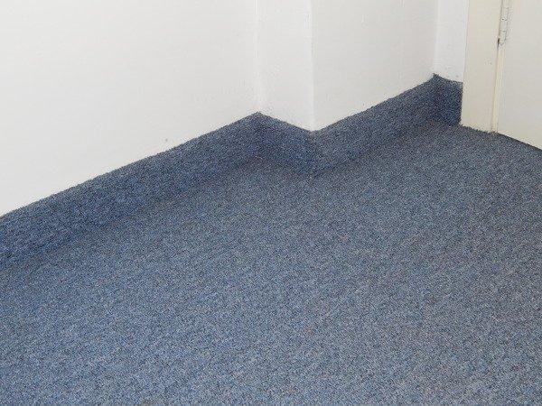 Carpete para sala na cor azul com rodapé