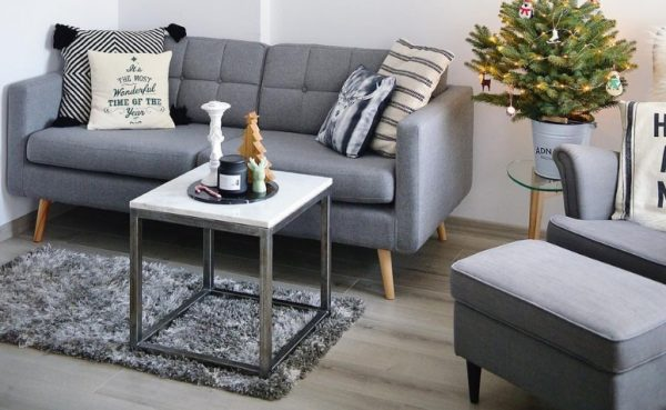 Sala retrô com sofá pé de palito e móveis modernos
