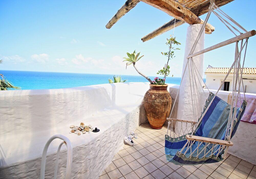 Priorize o conforto nas áreas externas do imóvel fazendo uso de redes cadeira ou redes de descanso. Foto: habitissimo.com