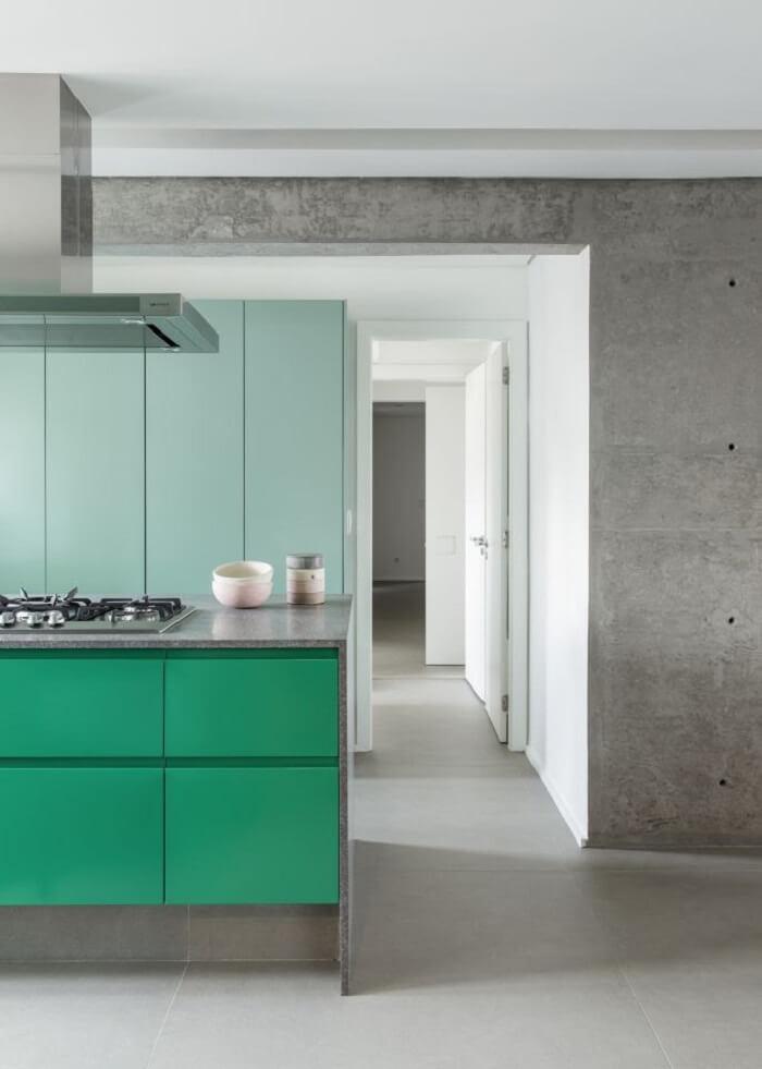 Tons de verde e menta trazem personalidade para a cozinha. Foto: Studio Julliana Camargo