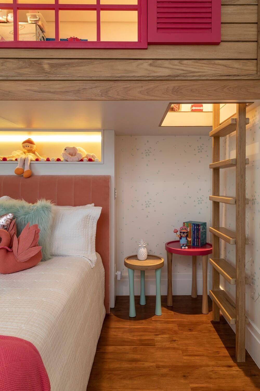 A escada de madeira dá acesso para a casinha. Projeto de Marta Calasans