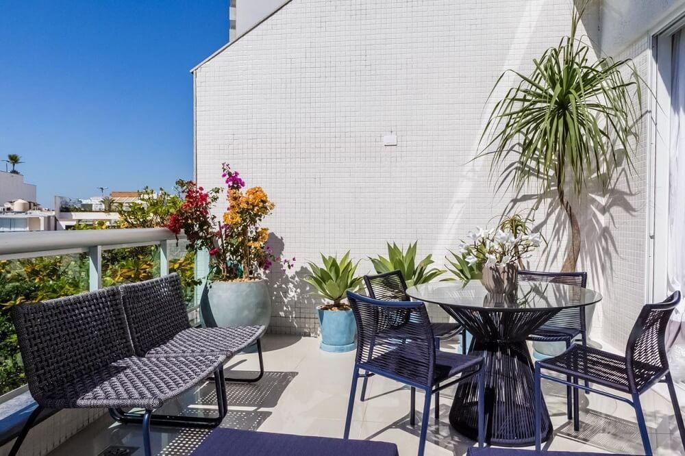 As plantas trazem frescor e estimulam a sensação de conforto e relaxamento na área externa. Foto: habitissimo.com