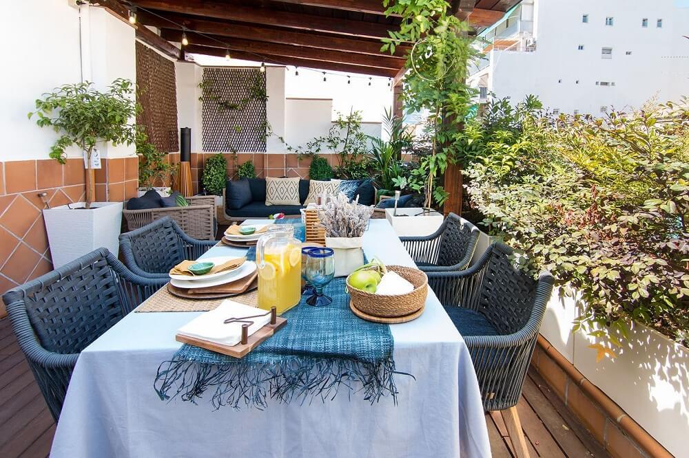 Crie um espaço confortável para refeições na área externa de seu imóvel. Foto: habitissimo.com