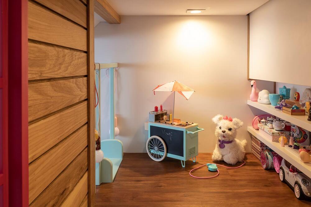 Dentro da casinha é possível encontrar mais brinquedos da pequena moradora. Projeto de Marta Calasans