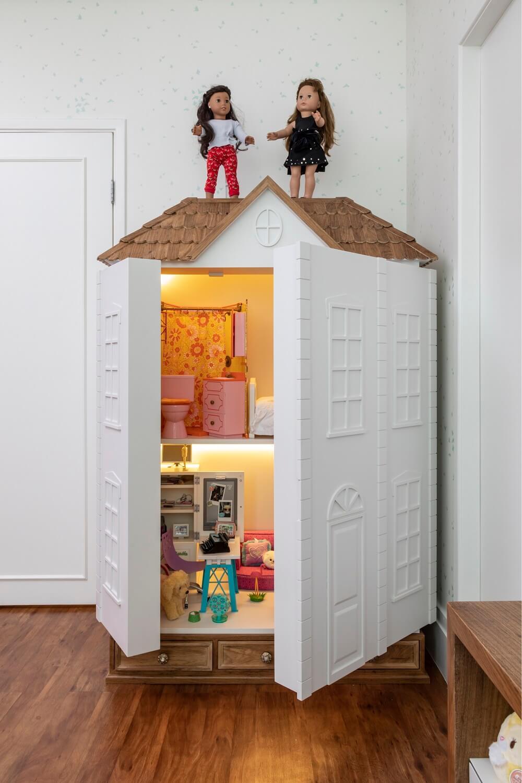 Na ausência de brincadeiras a casinha de bonecas pode ser fechada. Projeto de Marta Calasans