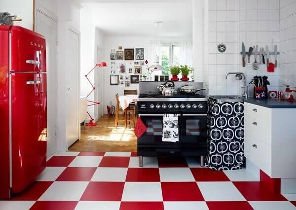 O piso xadrez vermelho traz muita personalidade a cozinha vintage. Fonte: Blog Arredamento