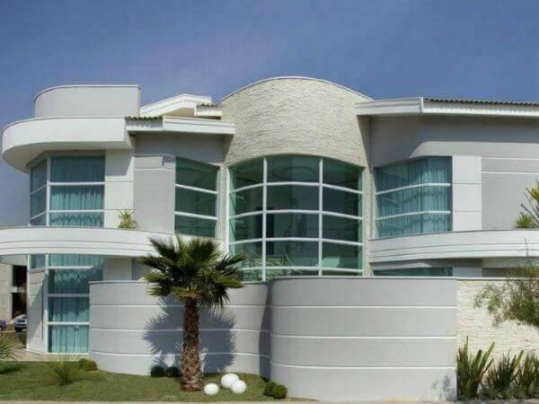 A fachada de vidro e imponente