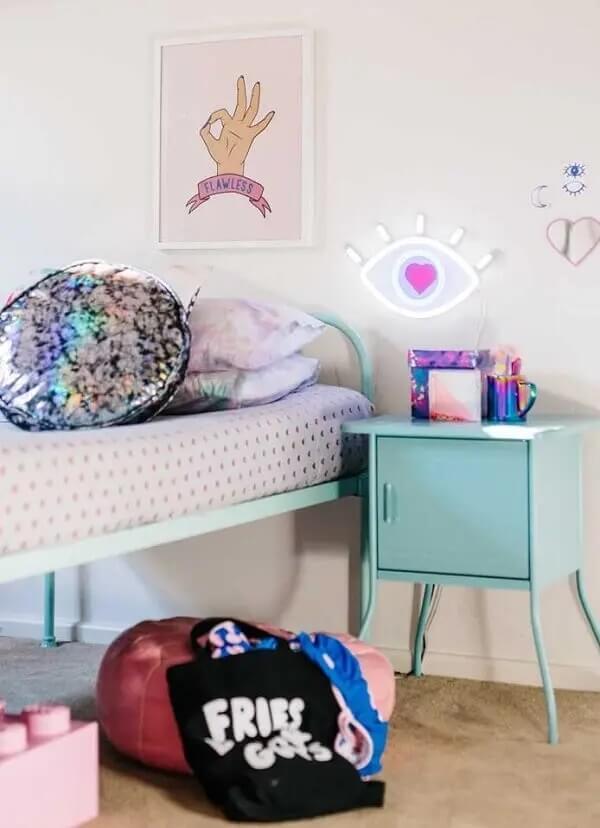A luminária em formato de olho se harmoniza com o restante da decoração de quarto neon. Fonte: Decor Fácil