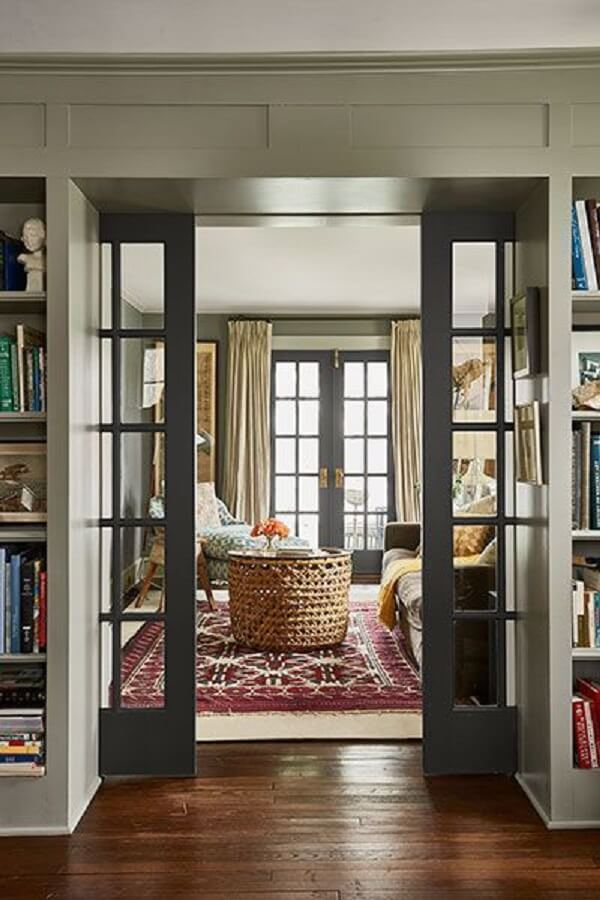 A porta de vidro para sala de correr divide ambientes. Fonte: This Old House