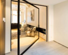 A porta de vidro para sala traz charme e elegância. Fonte: Archello