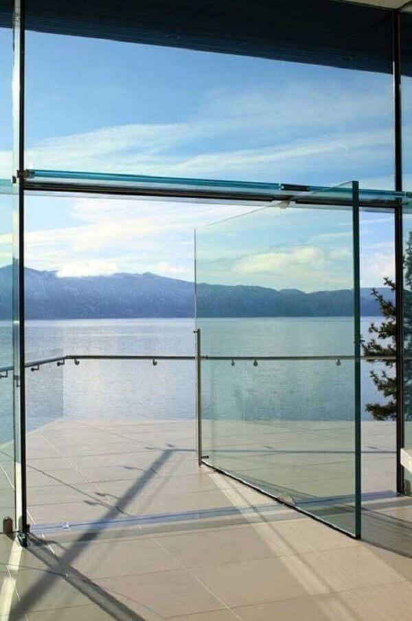 A porta de vidro para sala se mistura com a paisagem externa. Fonte: Mimarobot