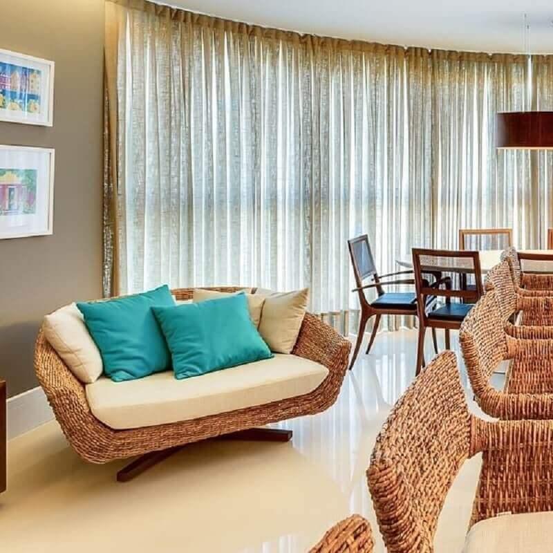 Almofada cor ciano para sala decorada em cores neutras com poltrona rustica Foto NP Arquitetura