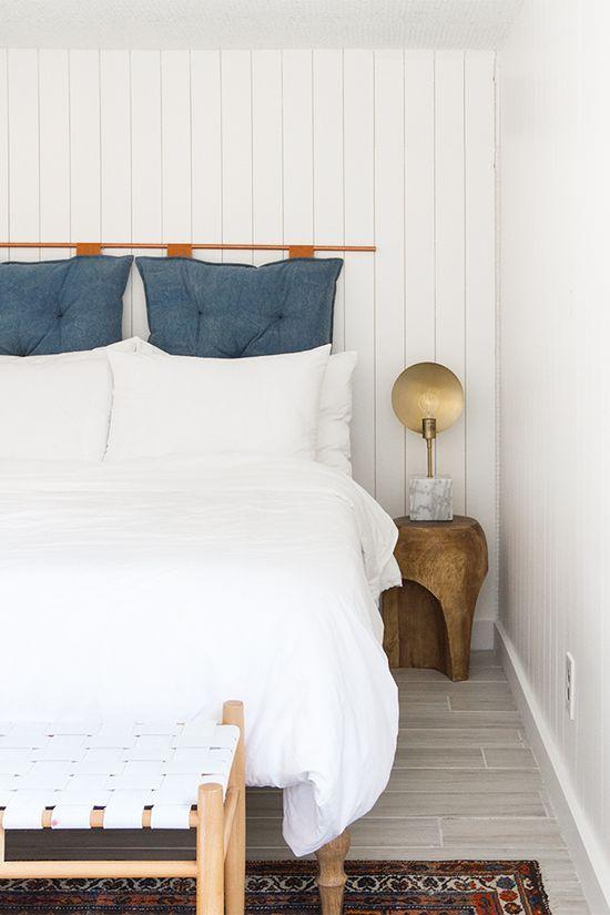 Almofada de cabeceira azul no quarto branco