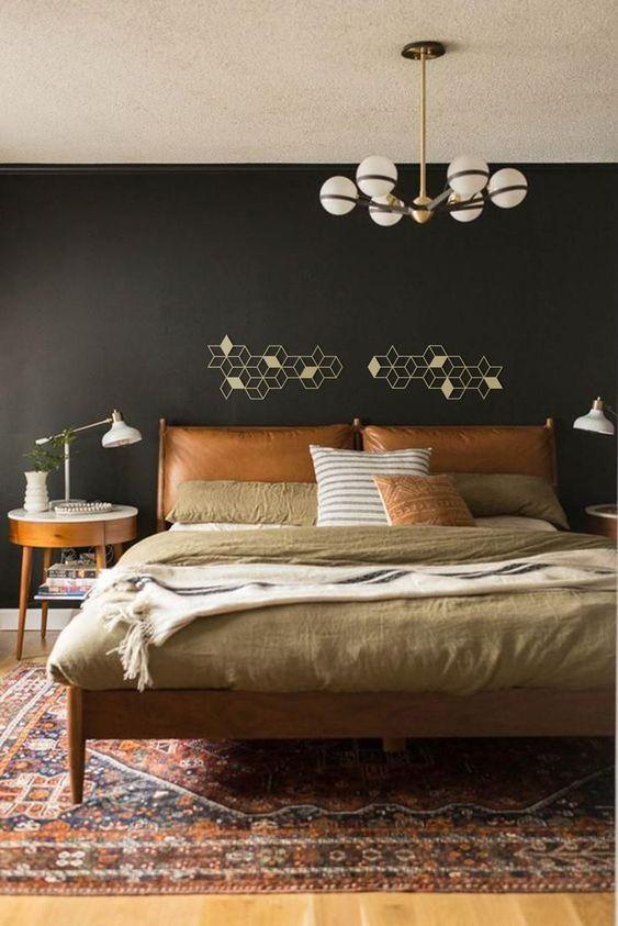 Almofada de cabeceira de couro caramelo no quarto de casal chique