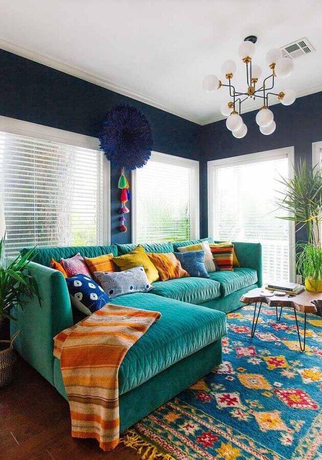 Almofadas coloridas para sala decorada com sofá cor ciano Foto Acnn Decor