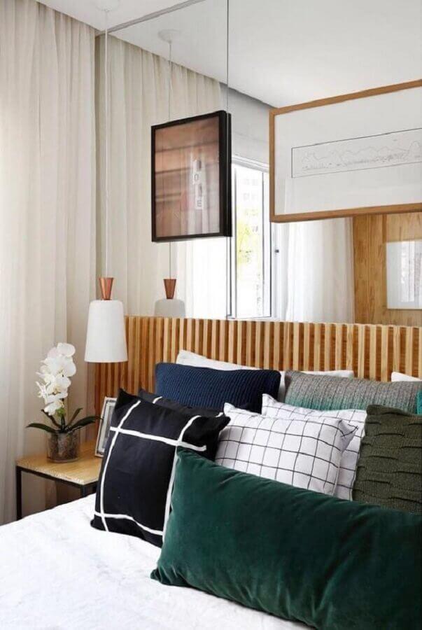 Almofadas para cama de quarto de casal decorado com parede espelhada e cabeceira de cama box ripada Foto Duda Senna