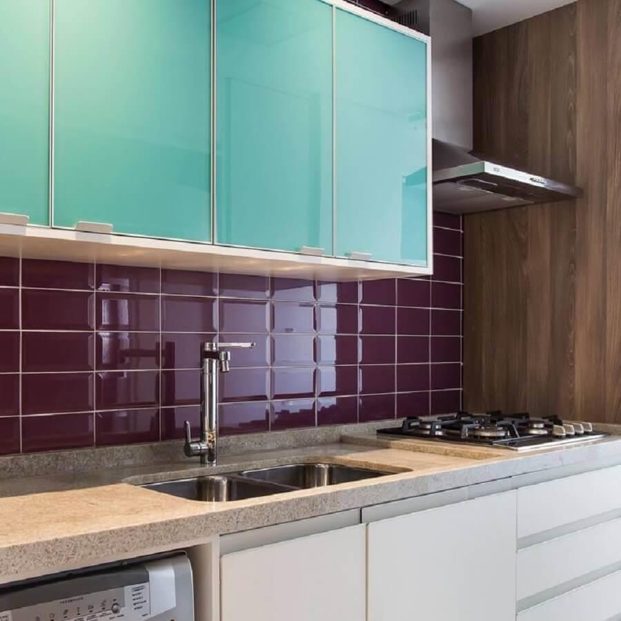 Armário aéreo cor ciano para decoração de cozinha planejada com revestimento bordo Foto Meyer Cortez Arquitetura Design