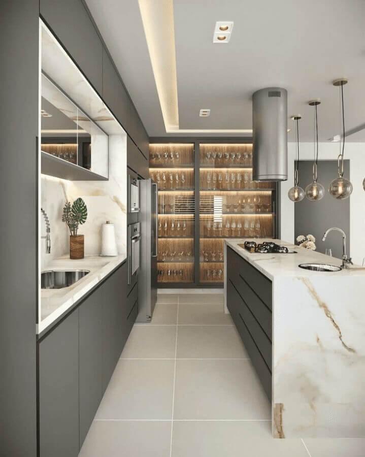 Armário cinza para decoração de cozinha planejada com ilha de mármore Foto Eder Oliveira Arquitetura