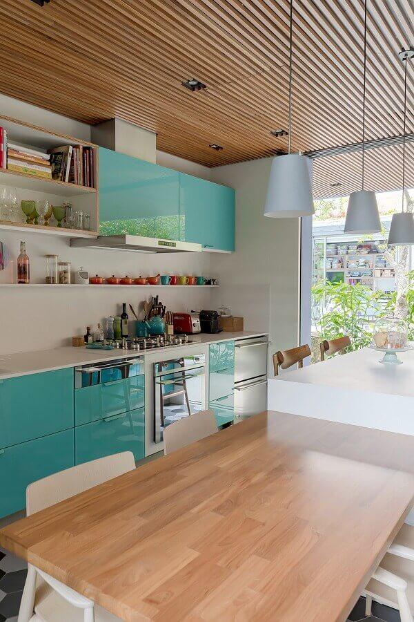Armário cor ciano para cozinha decorada com teto ripado de madeira Foto Gil Mello