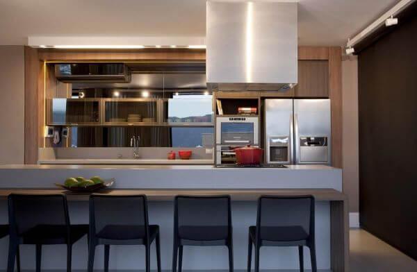 Armário de cozinha de vidro com bancada de granito branca e banqueta preta
