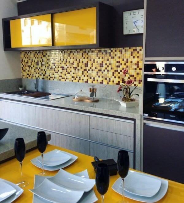 Armário de vidro amarelo na cozinha moderna